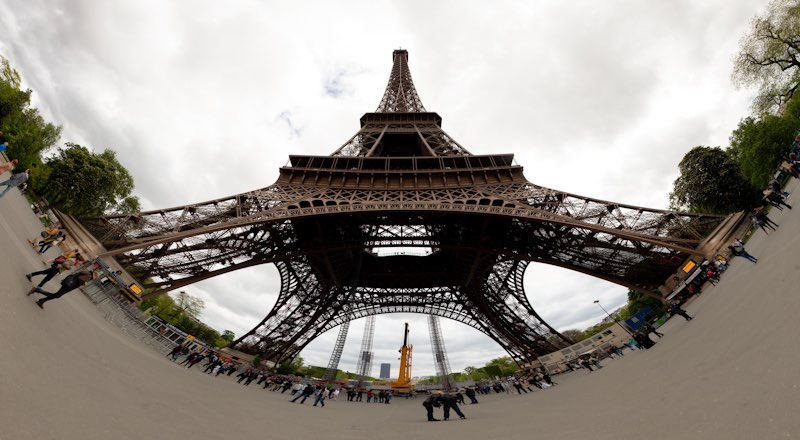 La Tour Eiffel Panoramica Con El 16 35 Desde Debajo
